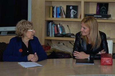 Las alcaldesas de Rubí y de Madrid, intercambiando impresiones sobre el proyecto 50/50 (foto: Localpres).