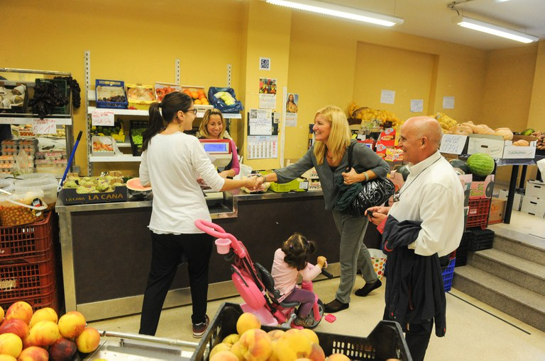 Ana María Martínez ha visitado varios comercios durante su estancia en los barrios de Ca n'Oriol, la Zona Nord, Can Rosés y El Pinar (foto: Localpres)