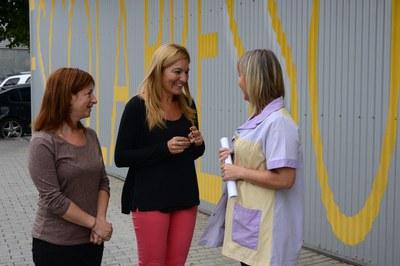 La alcaldesa y la concejala del Área de Servicios a las Personas, conversando con la directora de la EBM La Bruna (foto: Localpres).
