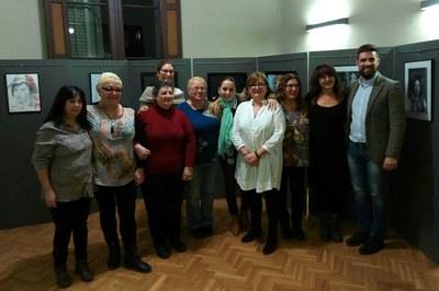 Los concejales Maria Mas y Moisés Rodríguez, con las integrantes de la Associació Dones Creatives del Vallès.