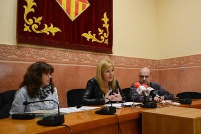 La alcaldesa, acompañada de miembros de la Plataforma Rubí sense abocadors (foto: Localpres).