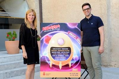 La alcaldesa y el concejal de Cultura, con el cartel del RRandom 2017 (foto: Localpres).