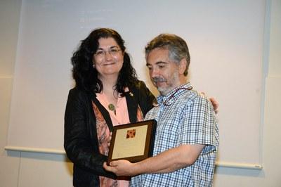 Carme Garcia entregando una placa conmemorativa a Josep Bautista (foto: Localpres).
