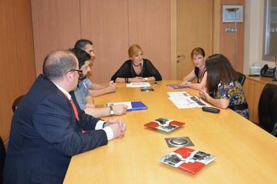 La alcaldesa y la concejala del Área de Servicios a las Personas se han reunido esta semana con representantes de la escuela y del AMPA.
