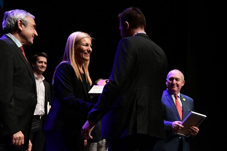 La alcaldesa, Ana María Martínez, entregando uno de los galardones (foto: Localpres)