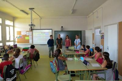 La alcaldesa y la concejala de Educación, en un aula de 6º de la Escuela Pau Casals (foto: Localpres).