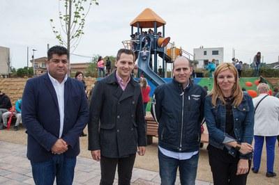 La alcaldesa y el concejal de Deportes, acompañados del arquitecto y del ingeniero responsables de las obras (foto: Localpres)