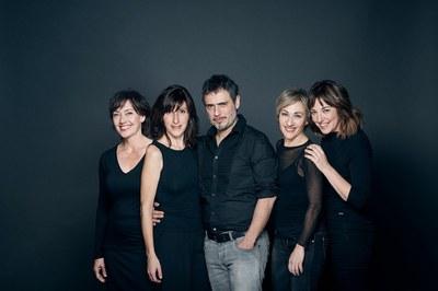 """El director de """"E.V.A."""", Julio Manrique, con las actrices de T de Teatre (foto: David Ruano)."""