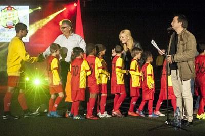 La alcaldesa y el presidente del club saludando uno de los equipos del Veinti (foto: Cesar Font).