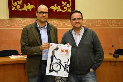 Antoni Venteo y Josep Manel Castro, mostrando el cartel del 3er Duatlón Olímpico de Rubí.