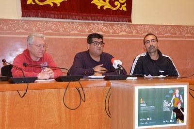 El concejal de Deportes, acompañado de uno de los técnicos de este servicio y del presidente de la UAR (foto: Ayuntamiento de Rubí).