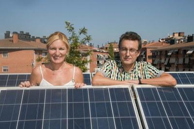 La alcaldesa y el regidor en las instalaciones de autoconsumo del edificio El Bullidor (foto: Ayuntamiento de Rubí - Localpres).