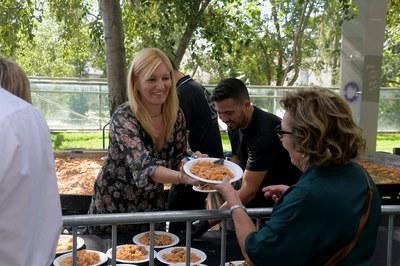 La alcaldesa ha servido platos de paella a las personas mayores (foto: Ayuntamiento de Rubí - Localpres).