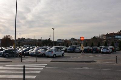 A partir de este viernes, los vehículos no pueden estacionar en la zona más cercana al edificio que alberga el servicio Esport per a Tothom.