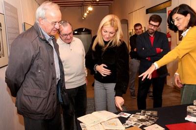 La alcaldesa y el concejal de Cultura han examinado los documentos donados (foto: Lali Álvarez).