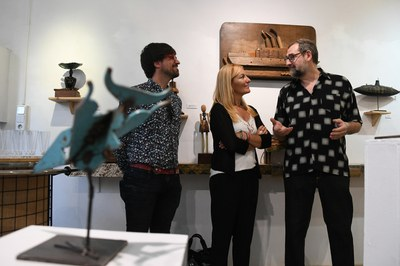 El concejal de Promoción y Dinamización Cultural y la alcaldesa, visitando la exposición con el artista (foto: Ayuntamiento de Rubí - Localpres).