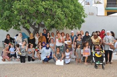 Voluntarias y alumnos, durante el acto de clausura de los cursos (foto: Localpres).
