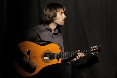 El guitarrista Pau Figueres dirigirá la primera sesión del ciclo de conciertos para bebés (foto: www.paufigueres.com).