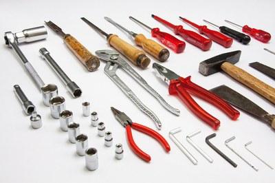 Durante las sesiones, los participantes disponen de todas las herramientas necesarias para poder reparar los diferentes aparatos.