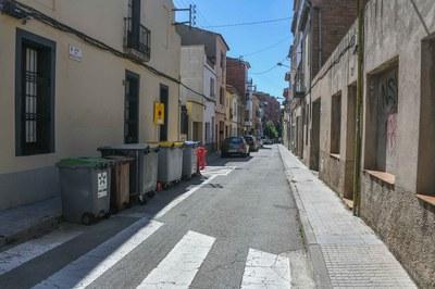 El espacio destinado a acera de este tramo de la calle Magallanes ganará anchura (foto: Ayuntamiento de Rubí - Localpres).