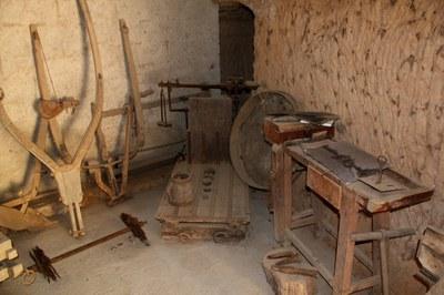 Las masías forman parte del patrimonio de la ciudad. En la foto, utensilios de la masía de Can Xercavins.