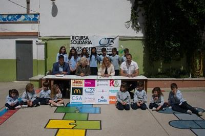 De izquierda a derecha: Juan López, Rosa Maria Solvas, Ana María Martínez y Cèsar Obea, acompañados de niños del centro educativo (foto: Localpres).