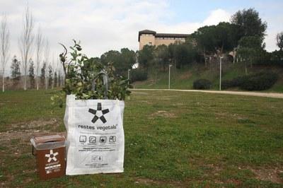 Las sacas son más resistentes que las bolsas de plástico y permiten poder comprimir las ramas aplastándolas con el pie (foto: Ayuntamiento de Rubí).