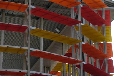La pista Francesc Calvo se caracteriza por estas láminas de policarbonato de colores en su fachada (foto: Lídia Larrosa).