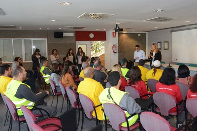 Ana María Martínez y Rafael Güeto durante el saludo a los trabajadores que se han acogido a los planes de empleo (Foto: Localpres).
