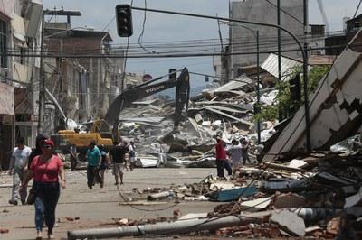 El terremoto, de magnitud 7,8 grados en la escala de Richter, sacudió buena parte de Ecuador (foto: www.larepublica.ec).