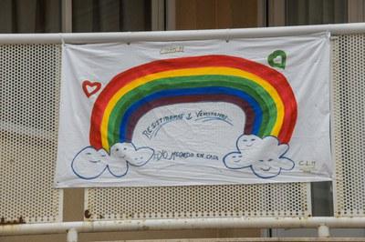 Un balcón con arco iris  (foto: Ayuntamiento de Rubí - Localpres).