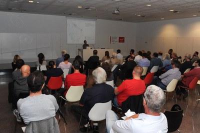 La charla informativa se ha celebrado en el auditorio de la Biblioteca Municipal Mestre Martí Tauler (foto: Localpres)