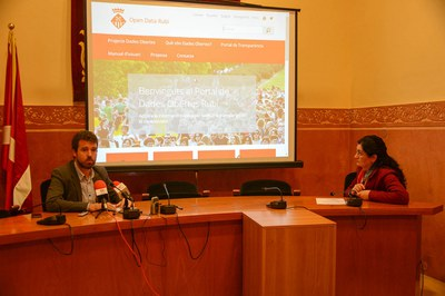 La alcaldesa y el coordinador del ámbito de Presidència han dado a conocer el portal Open Data a los medios de comunicación (foto: Localpres).