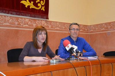 Marta Garcia y José Abadías han presentado las dos líneas de ayudas educativas ante los medios de comunicación.
