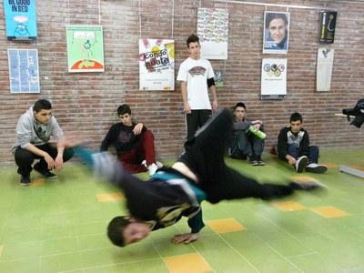 La Torre Bassas ofrece el 'Espacio Break dance' para que los jóvenes puedan practicar esta disciplina.