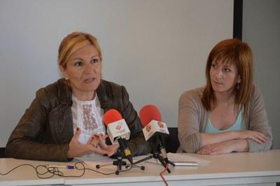 La alcaldesa, Ana María Martínez, y la concejala del Área de Servicios a las Personas, Marta García, durante la presentación de la OASE (foto: Localpres).