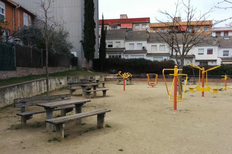 Actualmente, en el nivel superior de la plaza hay mesas y bancos de picnic y máquinas de gimnasia