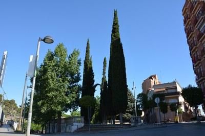 En el acceso desde la calle Josep Serra se configurará una acera intermedia que permitirá conectar las diferentes cotas existentes sin barreras arquitectónicas