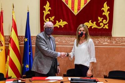 Apretón de manos tras la firma del convenio en la sala de plenos (foto: Ayuntamiento de Rubí - Localpres).
