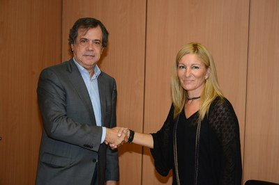 Ramon Albareda, director territorial de Sorea, y la alcaldesa, Ana María Martínez, tras la firma del convenio (foto: Localpres).