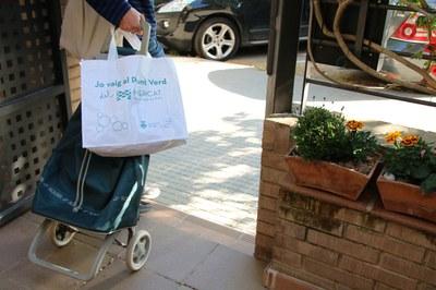 La bolsa permite almacenar los residuos en casa y llevarlos cómodamente al Punto Verde (foto: Ayuntamiento de Rubí).