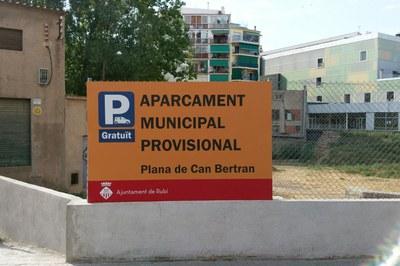 Al nuevo aparcamiento municipal provisional se accede por la c. Plana de Can Bertran.