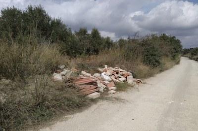 El Ayuntamiento combate este tipo de vertidos de residuos en el medio natural con expedientes sancionadores (foto: Joaquim Gracia).