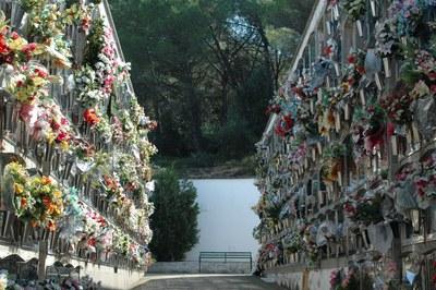 En el Cementerio de Rubí hay unos 7.000 nichos, tumbas y sepulturas en el suelo y un total de 48 columbarios.