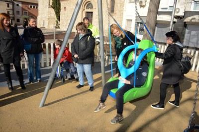 Algunos niños del CEE Ca n'Oriol ya han podido disfrutar del nuevo columpio (foto: Localpres).