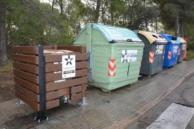 La primera valla se ha colocado en el contenedor de orgánica ubicado en la confluencia entre las calles Banyoles y Bellpuig.