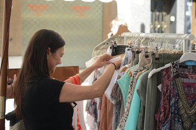 Una clienta mira ropa en la calle (foto: Ayuntamiento de Rubí - Localpres).