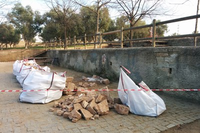 Las obras para acondicionar la fuente del parque de Ca n'Oriol se alargarán hasta finales de año.