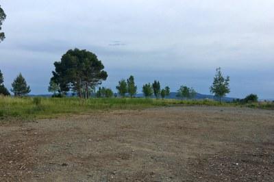 En este solar ubicado en la av. Can Tapis se construye una nueva área de recreo para el vecindario.