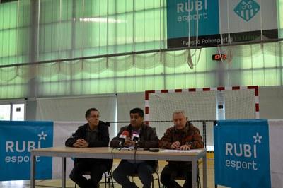 El concejal de Deportes, Juan López, acompañado de los técnicos del servicio.